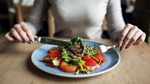 Coma saudável antes de comer fora