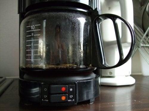 Como limpar a cafeteira naturalmente e com vinagre