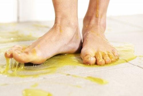 Como limpar resíduos pegajosos do piso