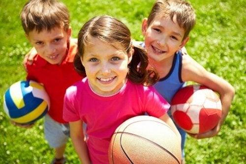 Crianças praticando esporte
