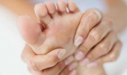 Pessoa com dor no pé