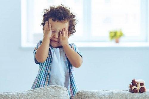 Criança com dor de cabeça
