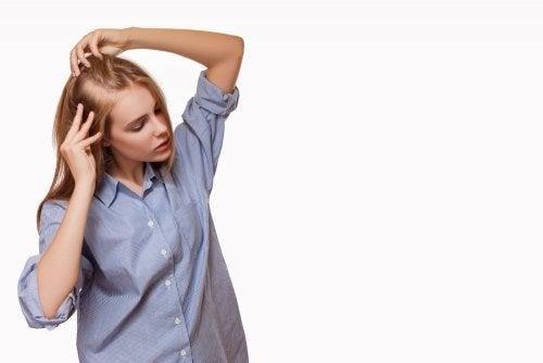 Mulher sofrendo alopecia