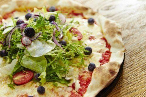 Como preparar uma pizza de salada?