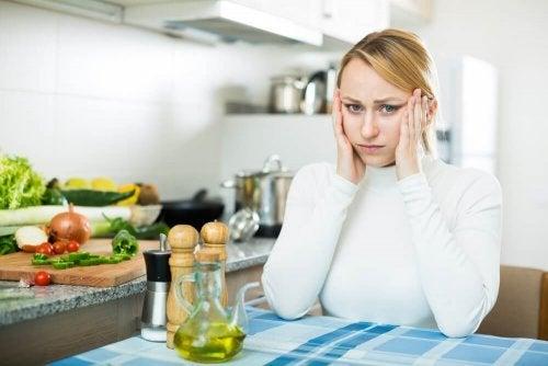 Mulher preocupad pela alimentação