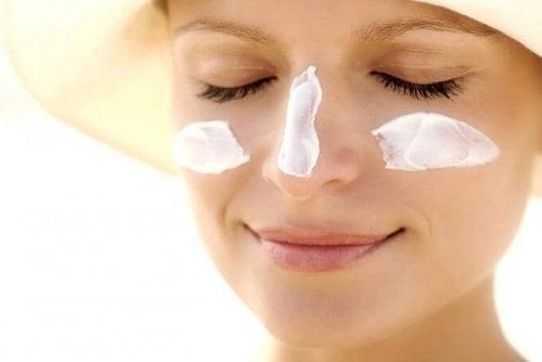 Cuidados com o sol para proteger o contorno dos olhos