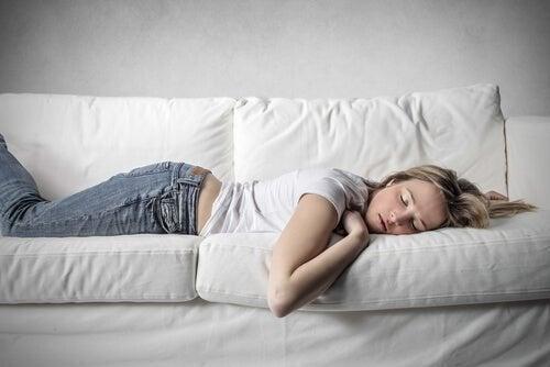 Reduzir o consumo de café com uma soneca para recuperar energias
