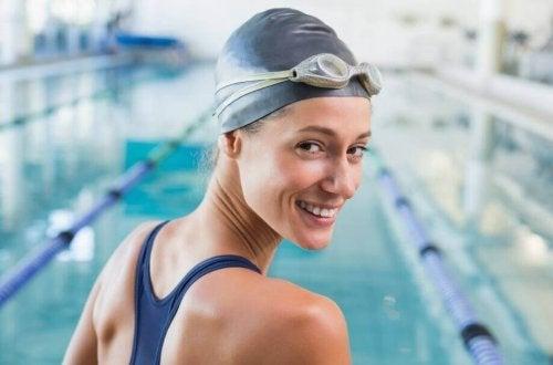 Touca de natação para proteger o cabelo do cloro das piscinas