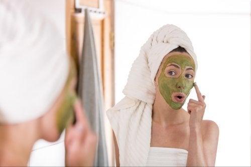 O chá verde pode ajudar no tratamento da acne?