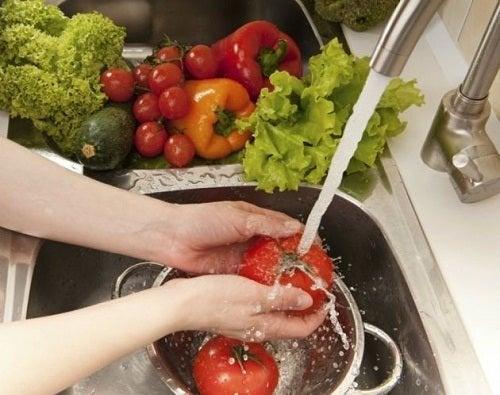 Lavar bem os alimentos é fundamental para a saúde