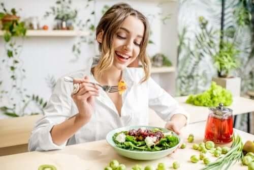 7 dicas de alimentação para cuidar cabelos e unhas
