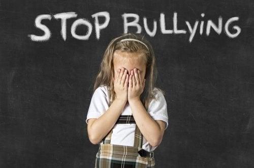 Menina sofrendo de Bullying