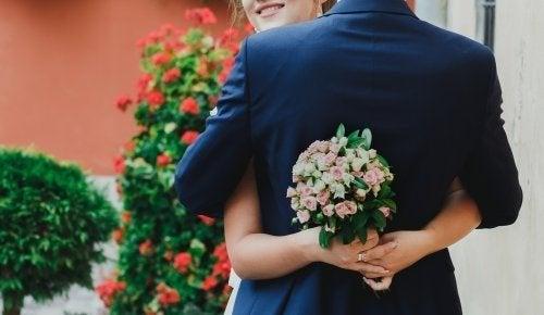 Noiva segurando buquê de casamento
