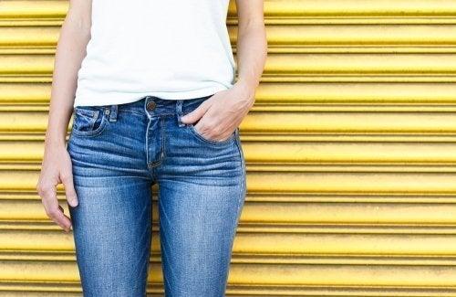 Calça jeans com lavagem desgastada