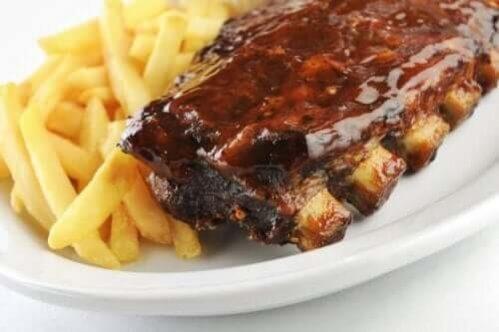 Prepare deliciosas costelas de porco em molho agridoce com esta receita