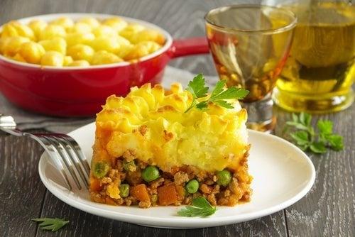 Adicionar legumes na torta de carne e verduras