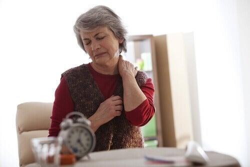 São comuns as dores na costas durante a menopausa