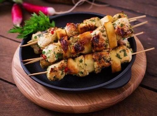 Espetinhos de peru deliciosos e saudáveis por serem de carne branca.