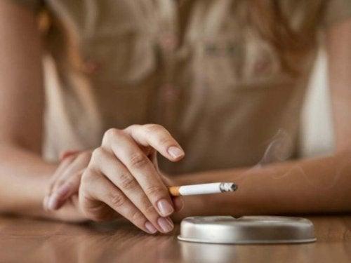 Fumar pode causar o aparecimento de fios brancos