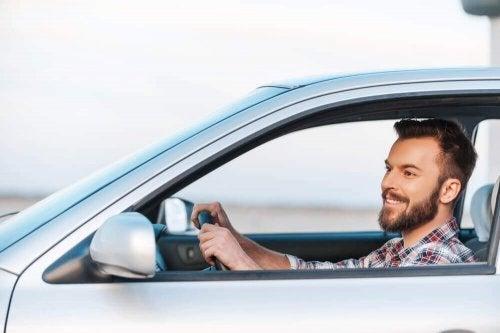 Homem dirigindo