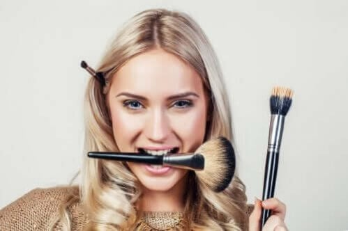 Por que é necessário lavar os pincéis de maquiagem com frequência?