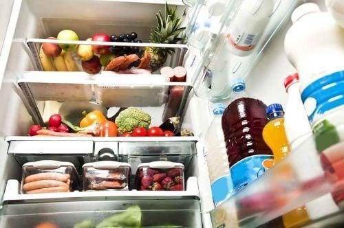 Tente limpar a geladeira com algodão