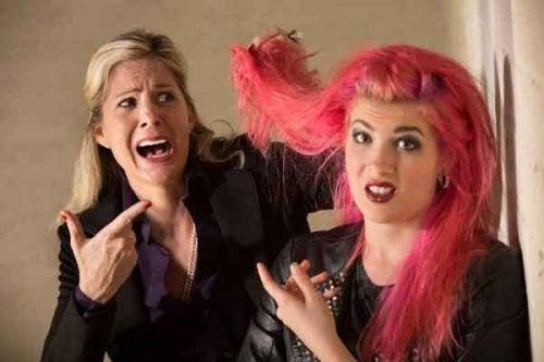Mãe brigando com filha pela cor do cabelo