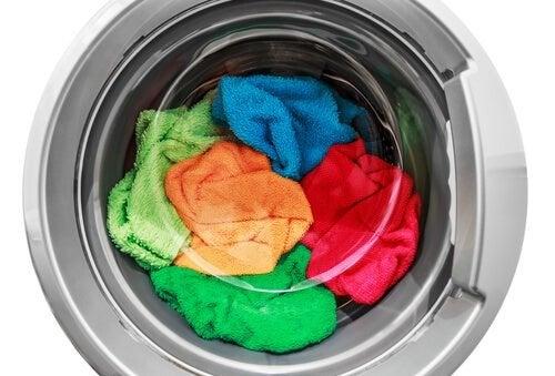 Lavar as roupas de algodão na máquina