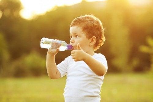 Para combater a febre, hidrate o seu filho