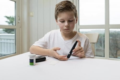 Menino medindo a insulina