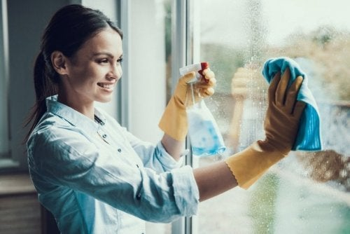 Mulher limpando o vidro