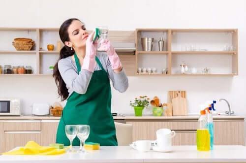 5 usos do limpador de vidro que talvez você não conheça