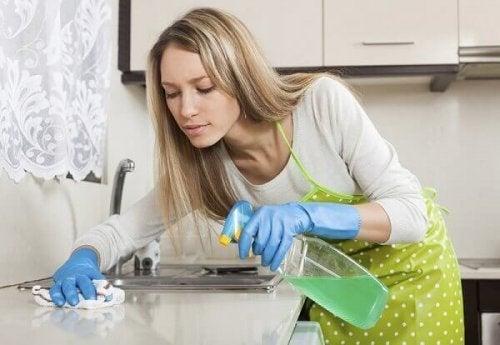Moça limpando a cozinha