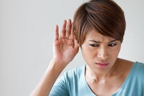 Mulher com problemas auditivos
