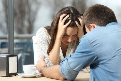 Romper um relacionamento causa tristeza