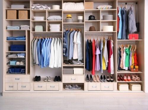Organizar o armário para as roupas não amassarem