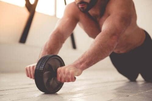Os melhores exercícios para treinar seus ombros e abdominais