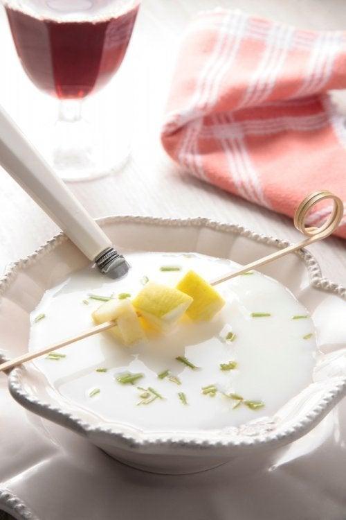 Prepare um delicioso creme de alho branco