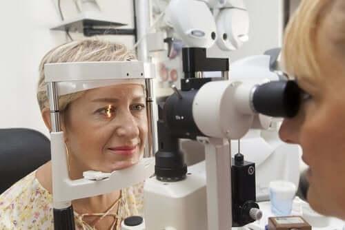 Pressão ocular alta: causas e tratamento