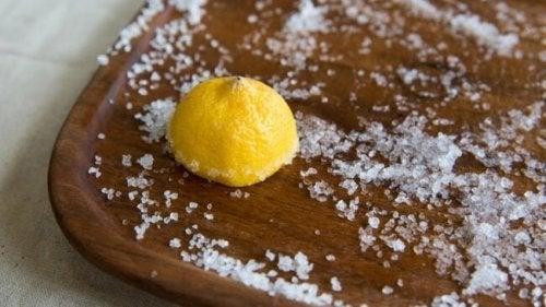 Limpeza da tábua com sal e limão