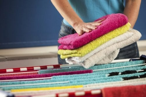 Mulher ordenando roupa de banho