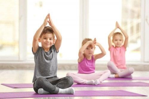 Crianças praticando ioga infantil