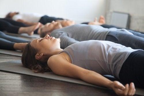 Grupo fazendo yoga