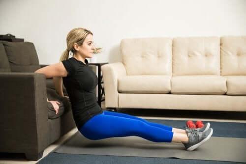 5 exercícios caseiros para braços mais tonificados
