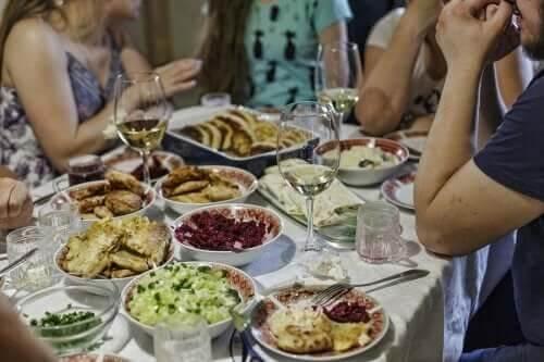 9 dicas para evitar comer em excesso em festas