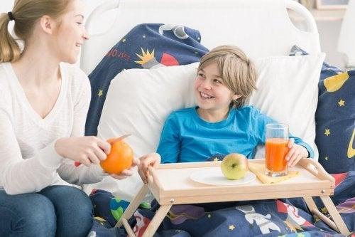 Criança comendo na cama
