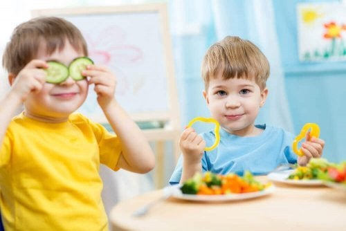 Crianças brincando com legumes.