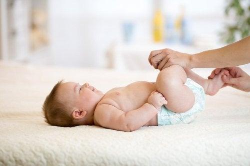 Controles com o pediatra para observar atraso psicomotor