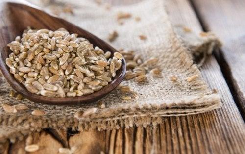 Esses cereais apresentam um alto teor de carboidratos complexos, o que produz uma assimilação lenta e progressiva dos açúcares