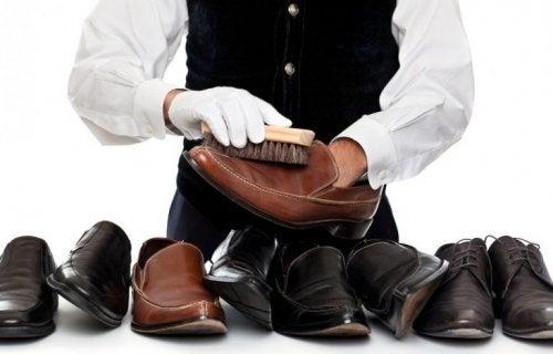 Homem limpando sapatos